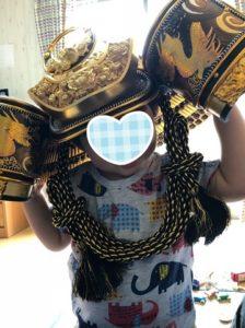 兜をかぶる1歳の息子の写真