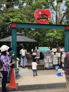 ふれあい動物園の門