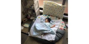 丸座布団に寝る息子